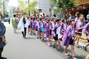 山車を曳く小学校児童達