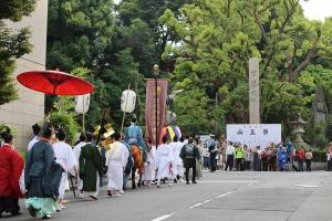 大勢のお迎えが待っている日枝神社